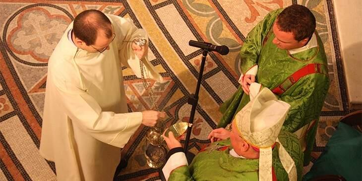 Sonhar com missa - padre rezando