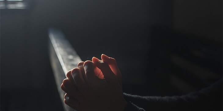 Sonhar com missa participando